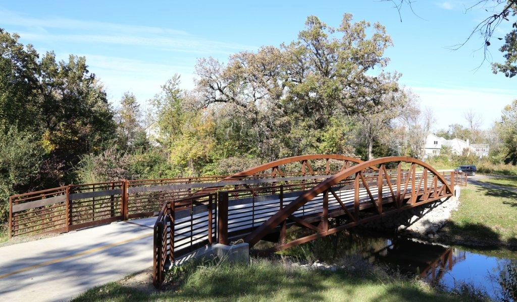 A small pedestrian bridge over a creek at Easter Lake Park.