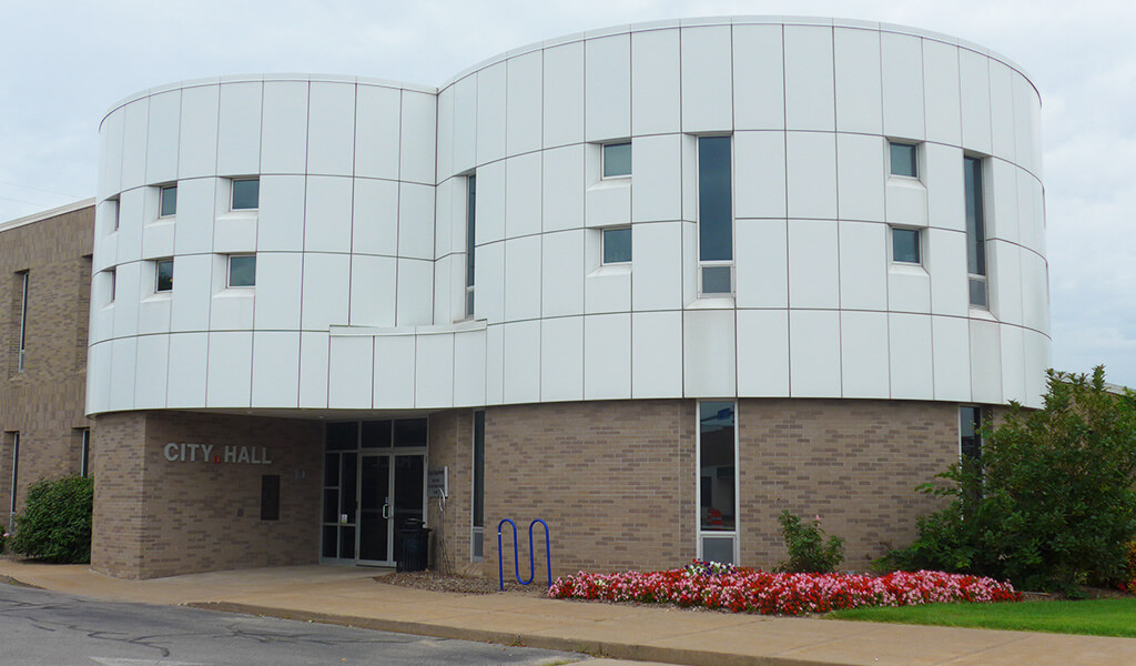 Outside view of the City Hall building in Bettendorf.