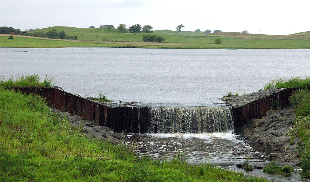 Pond with low-head weir overflowing