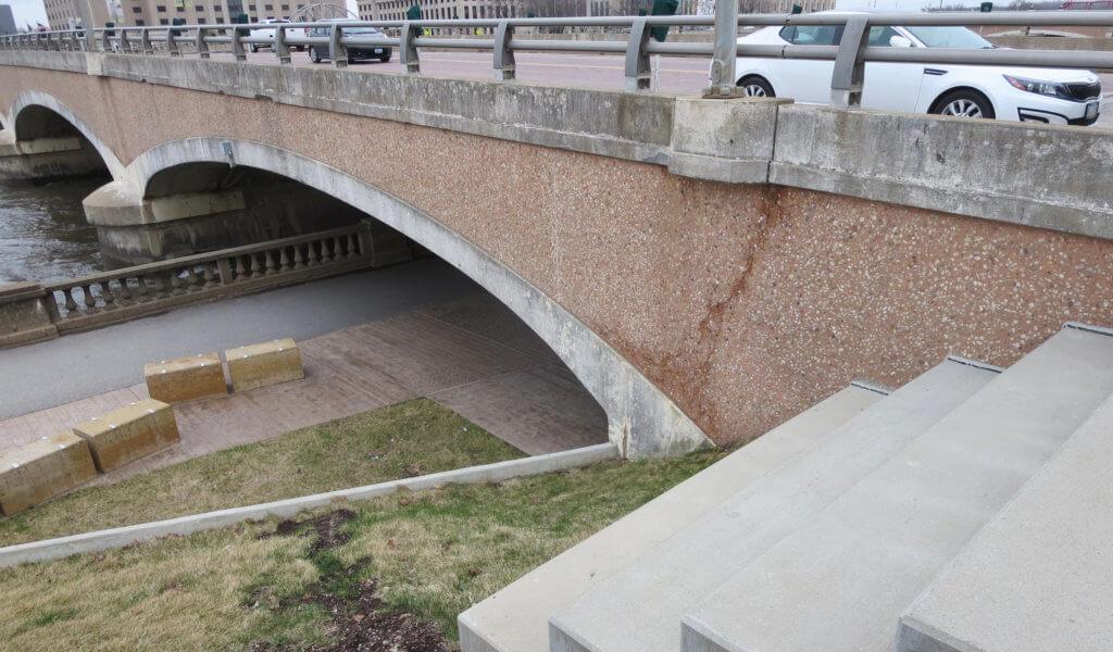 bridge construction in Des Moines